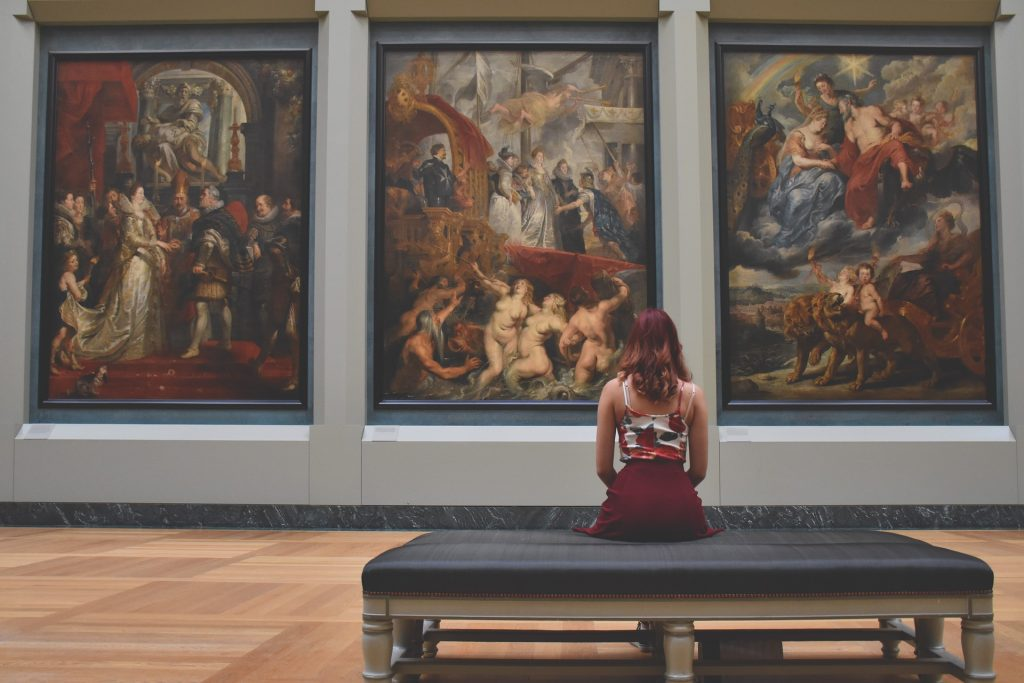 woman-at-art-museum